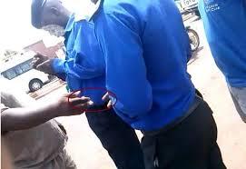 Policier prenant un billet avec un chauffeur (image Google)